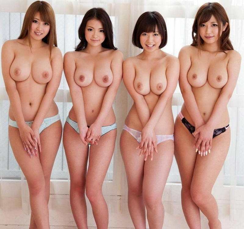4人の巨乳美女がトップレスで並ぶ!