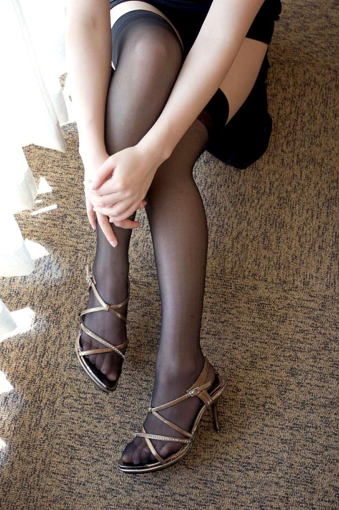 足組みしている美脚がたまらない!