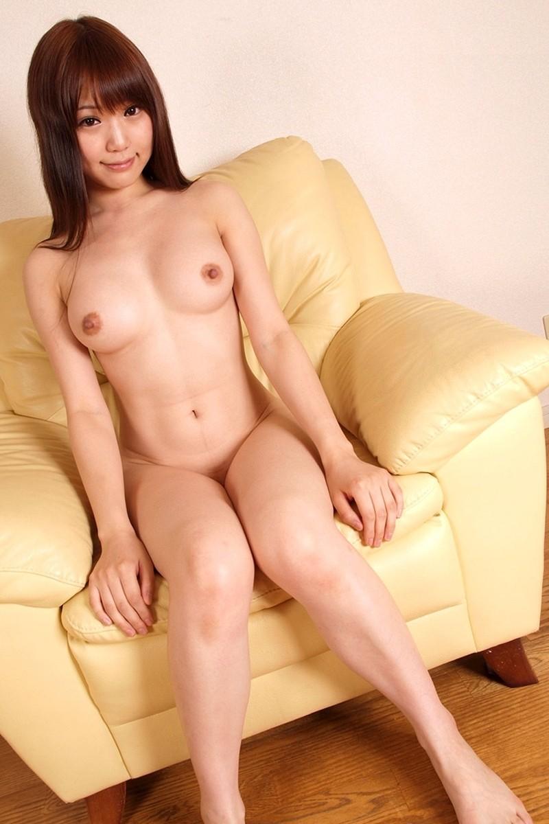 全裸美女がソファーでくつろぐ!