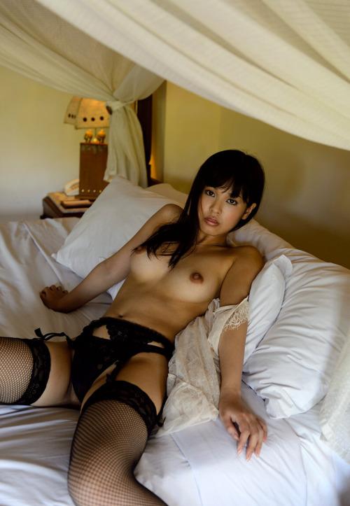 スレンダー美女がベッドの上でトップレス!