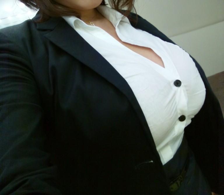 スーツ着ながら着衣巨乳!