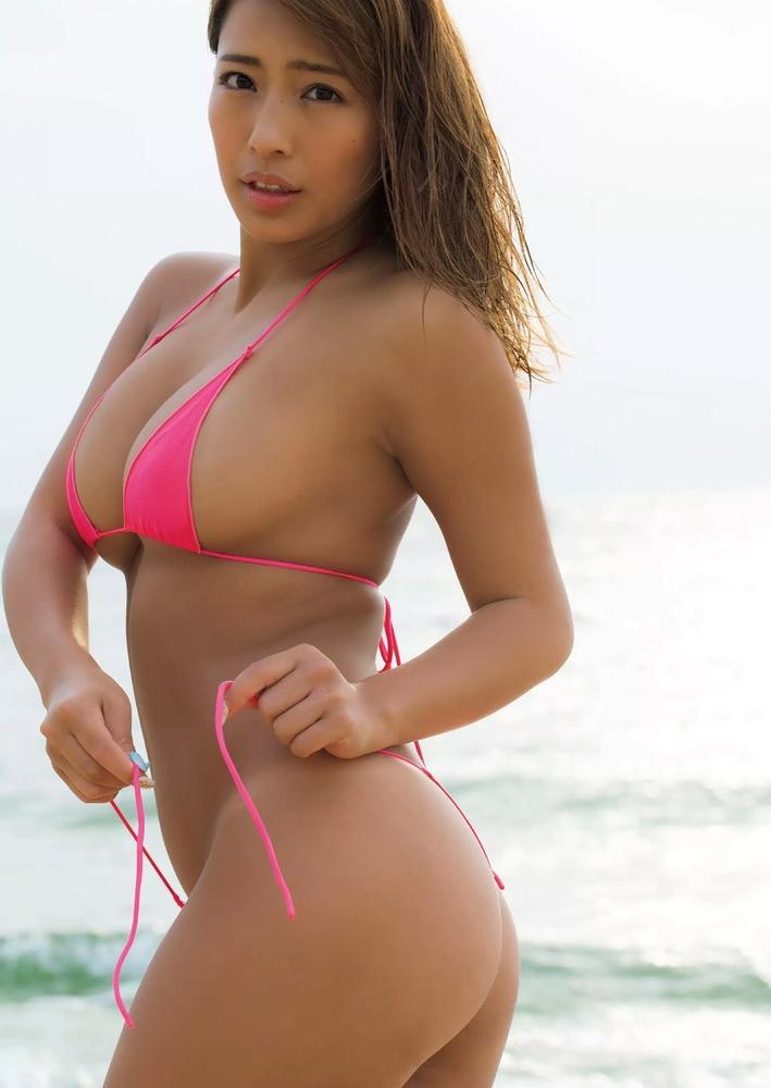 美女が紐を直す姿にトキメクビーチ!
