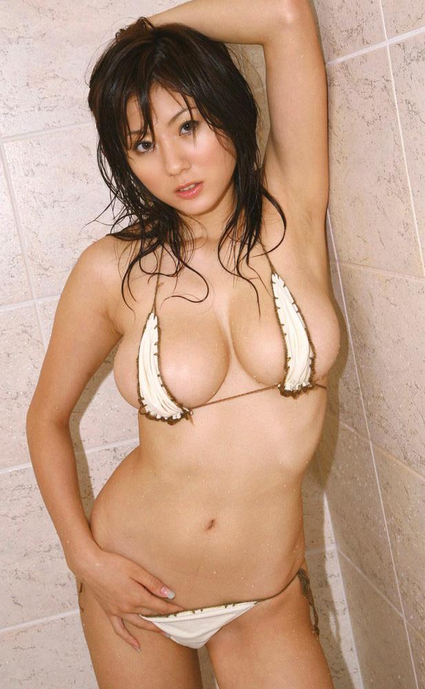 シャワー浴びてるビキニ美女!