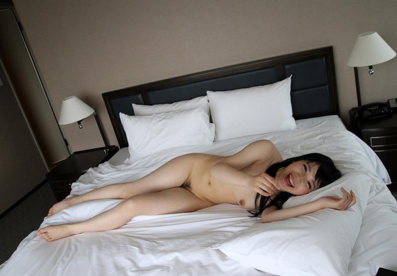 白いベッドと裸の美女!