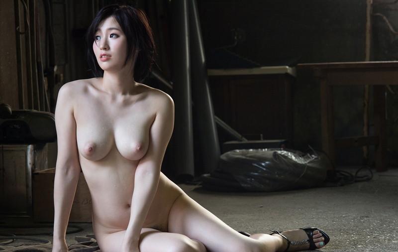 巨乳美女が座りながら全裸にて!