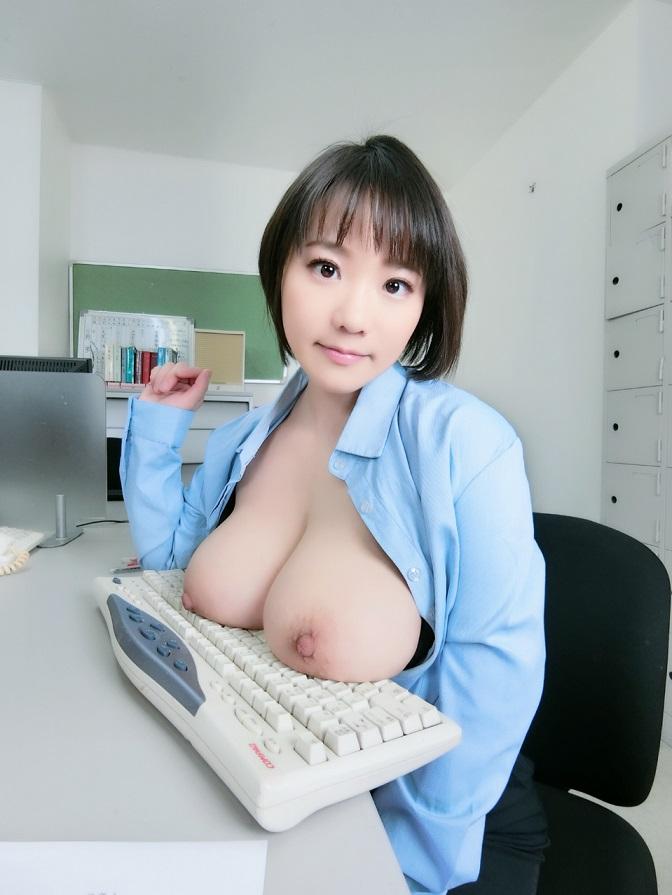 巨乳でキーボードを打つOL!