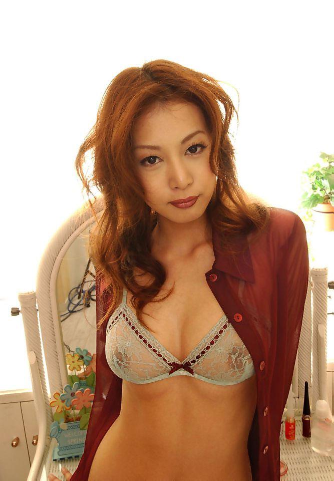 乳首が透ける美女のブラジャー!