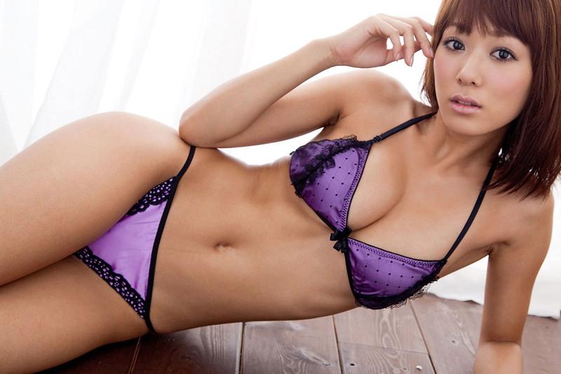 紫の下着着ながらポージング!