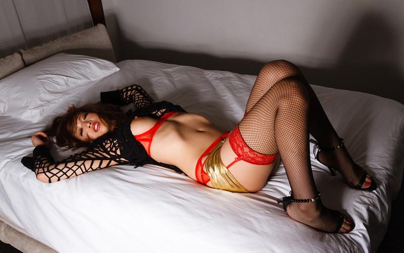 セクシーな美女がベッドで横たわる!