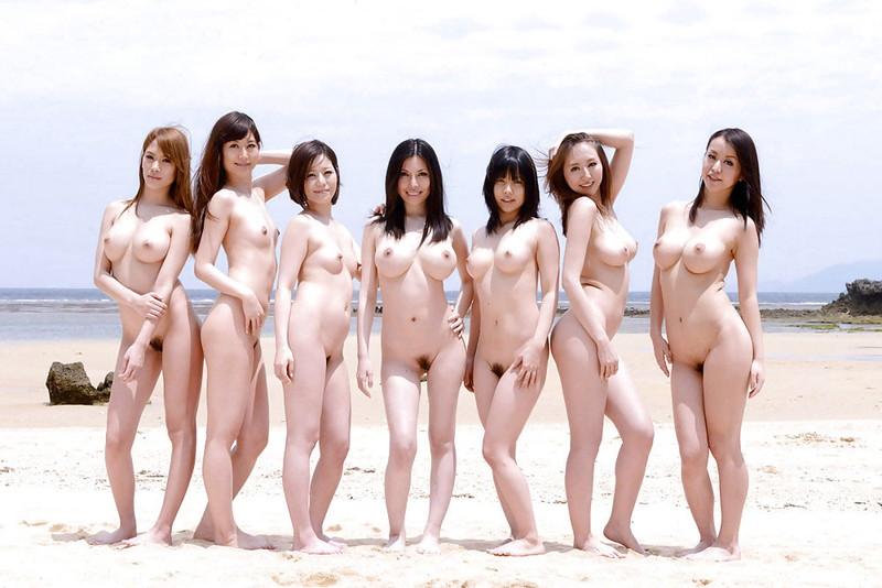 ビーチで全裸で大集合!