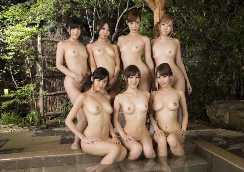 温泉で入浴中の7人の美女!