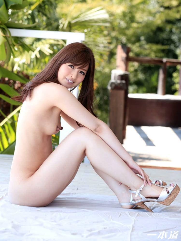 横アングルで見る全裸でフルヌード!