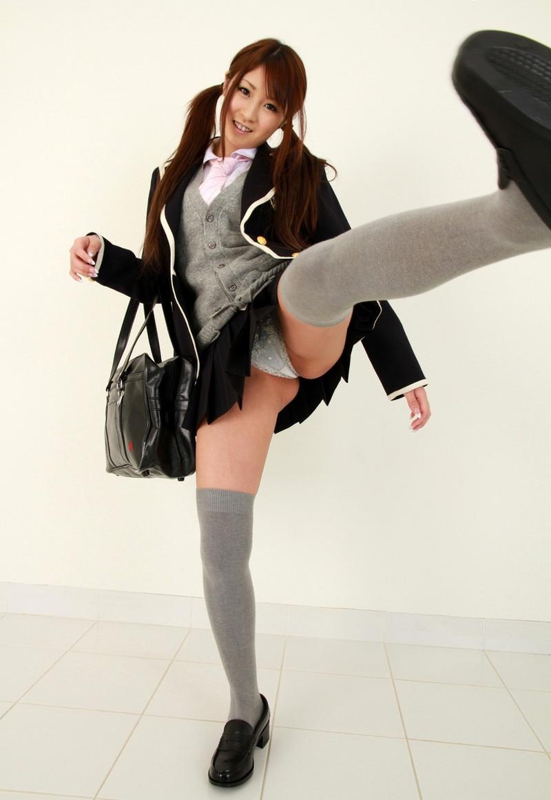女子校生のハイキックもパンチラあれば耐えられる!?