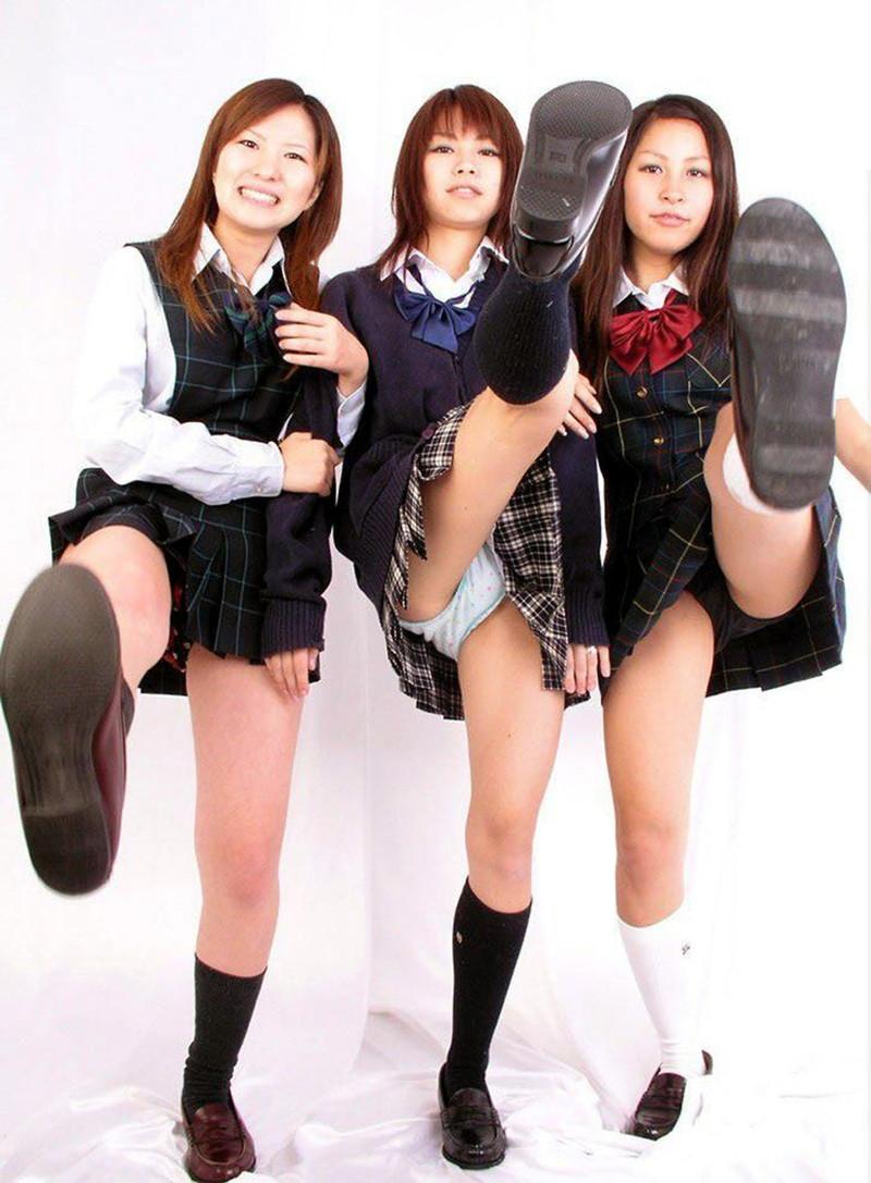 3人の女子校生から蹴られまくり!