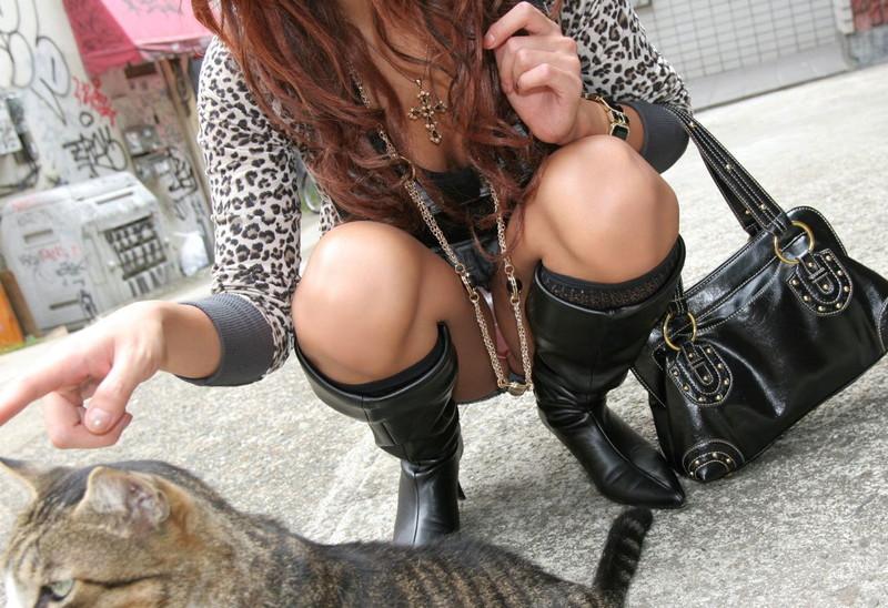 ギャルが猫に夢中になってる時に…
