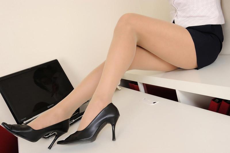 タイトスカートから伸びるヒール履いてる美脚!