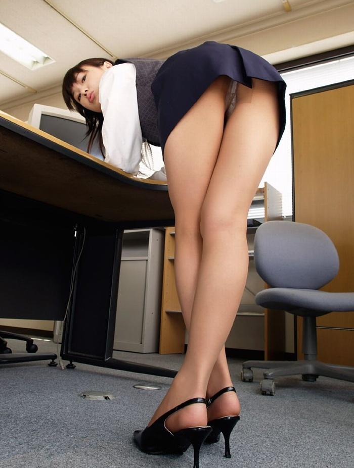 前屈みのオフィスでパンチラ!