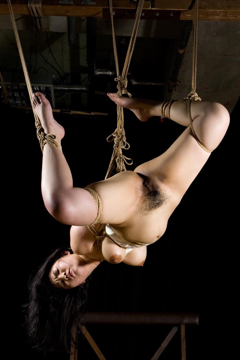 吊り足緊縛画像