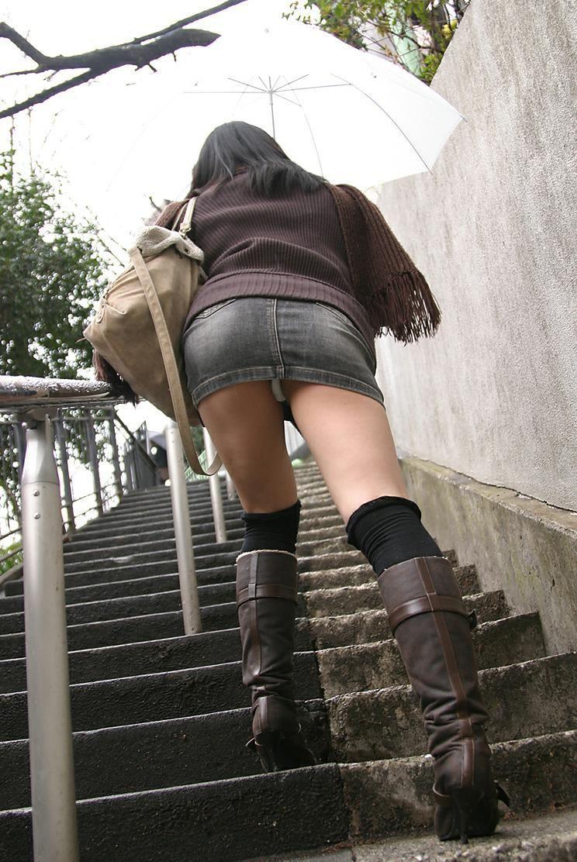 ミニスカート穿いたら階段にはご注意を!
