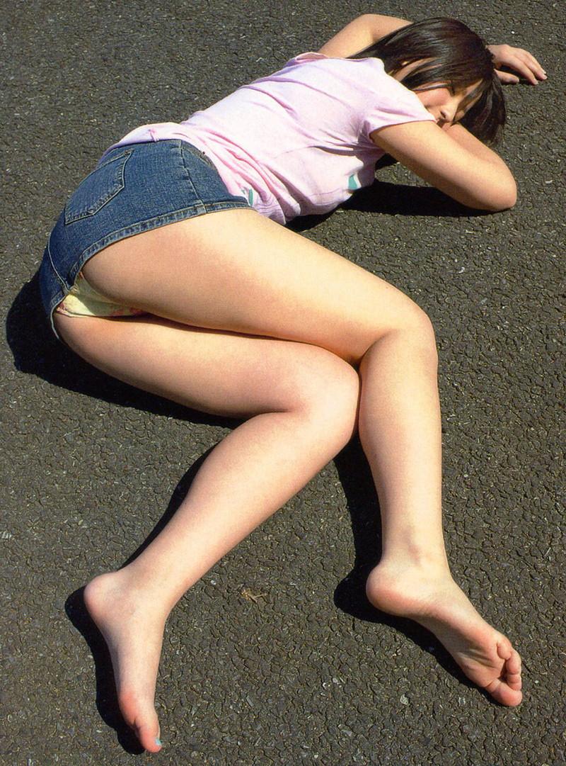 コンクリートで眠る美女!