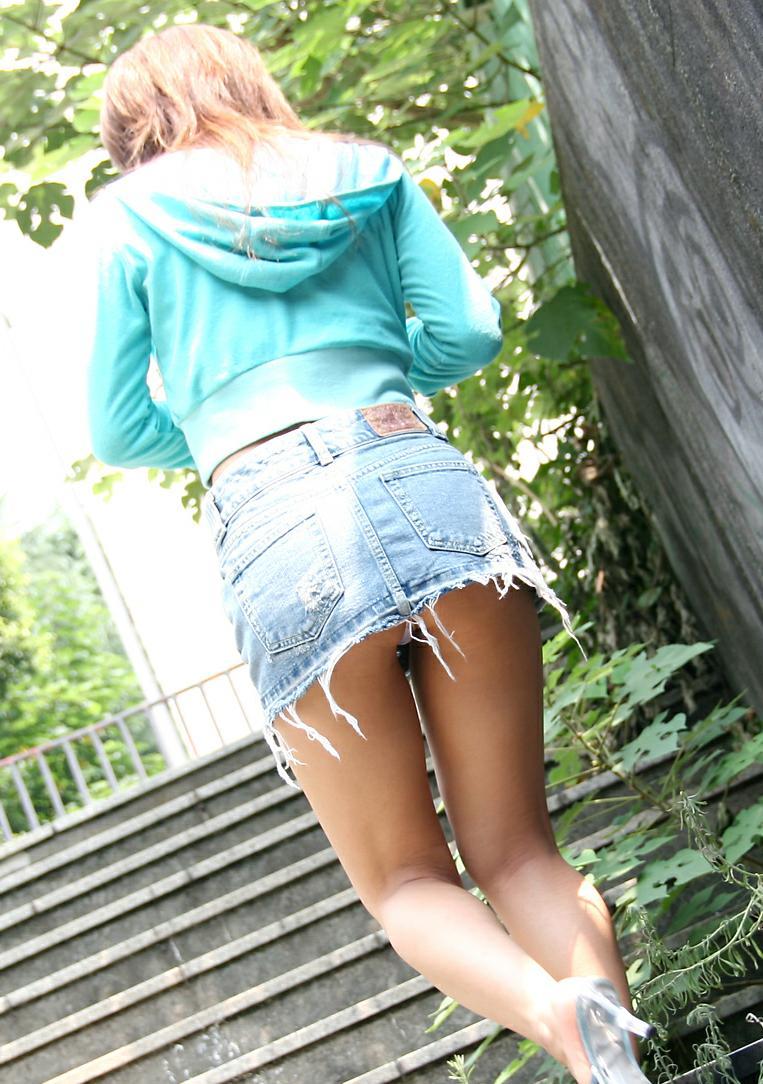 ミニスカートと美脚のいい光景!