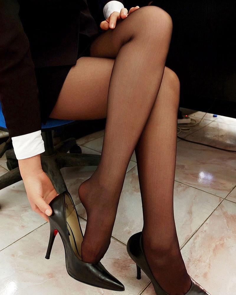 黒ストッキングの美脚に惚れ惚れ!
