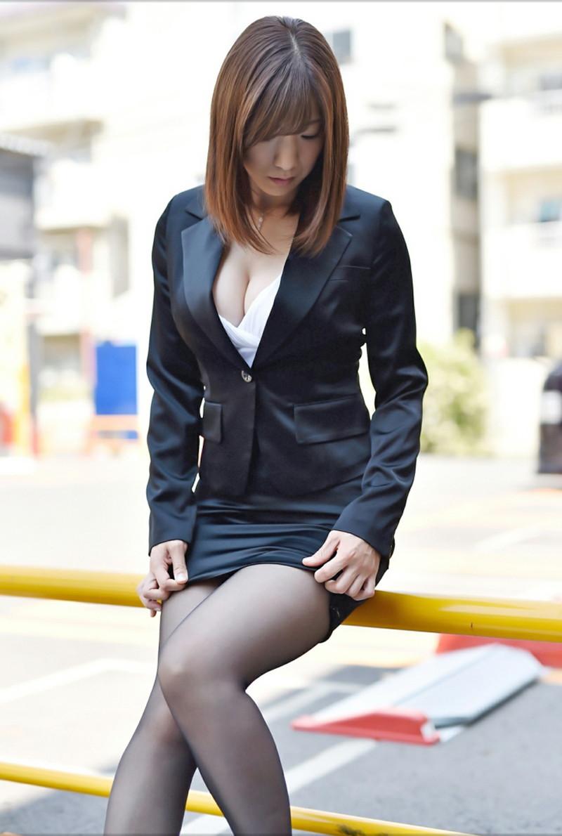 ミニスカが短すぎなスーツ姿の美女!