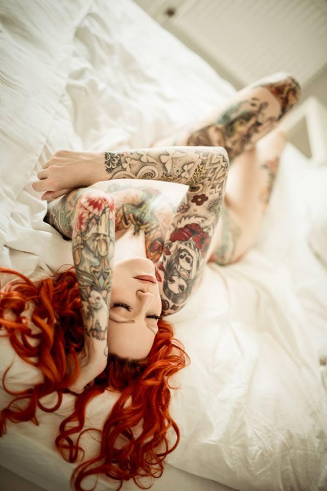 赤髪の美女が色っぽいフルヌード!