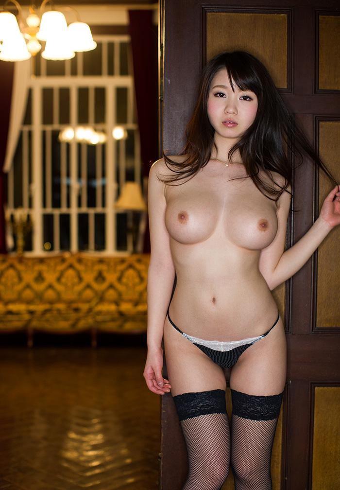 トップレス美女の巨乳が色っぽい!