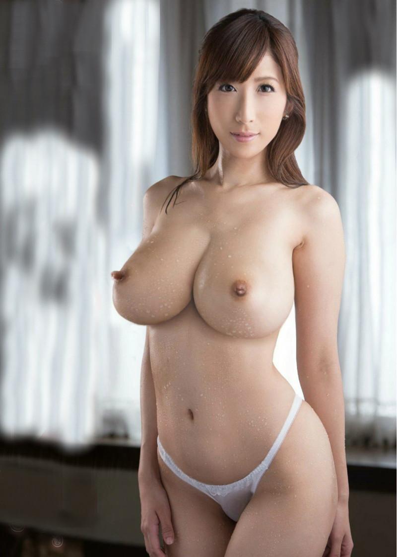 水滴付いてるトップレス美女の巨乳!