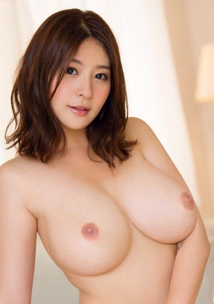 美女の乳首の綺麗な巨乳!