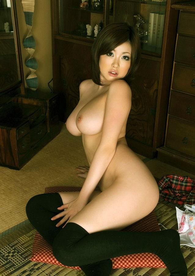 裸でニーソを履く巨乳がエロい浜崎りおさん!