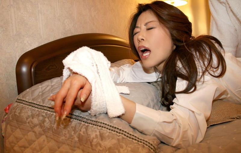 タオルで手を拘束しながら着衣セックス!