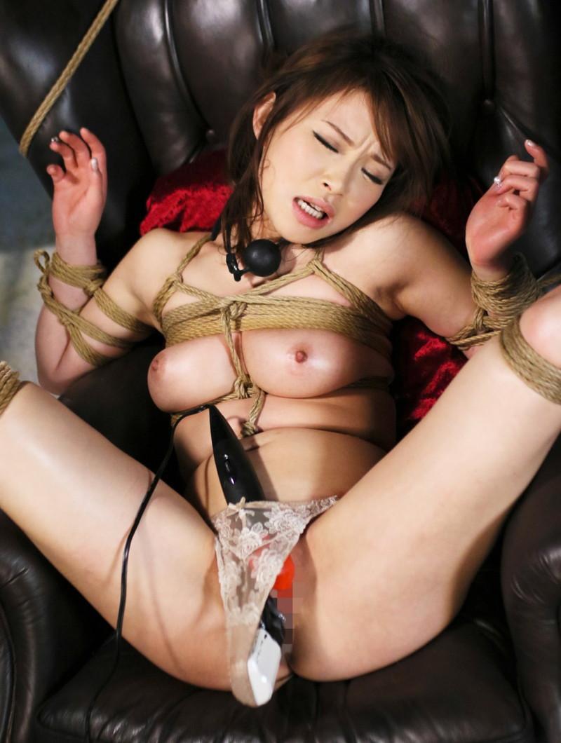 拘束椅子の上で電マを固定されて…