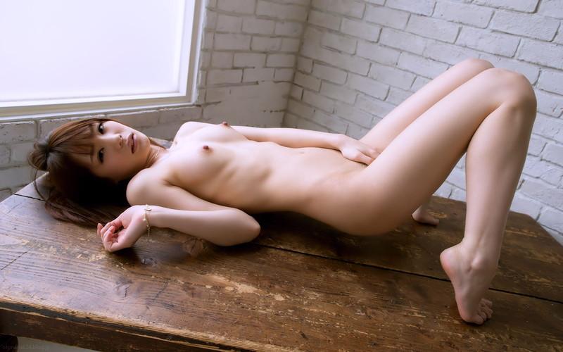 机の上で素っ裸!