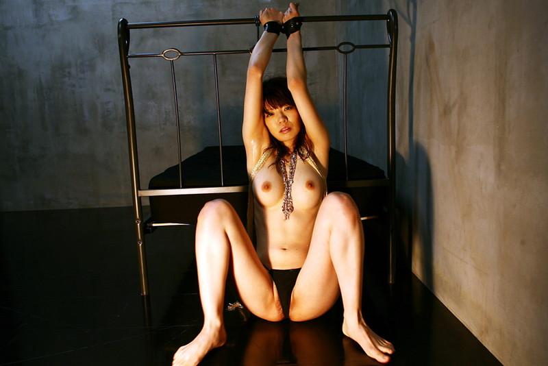 ベッドに拘束された美女!