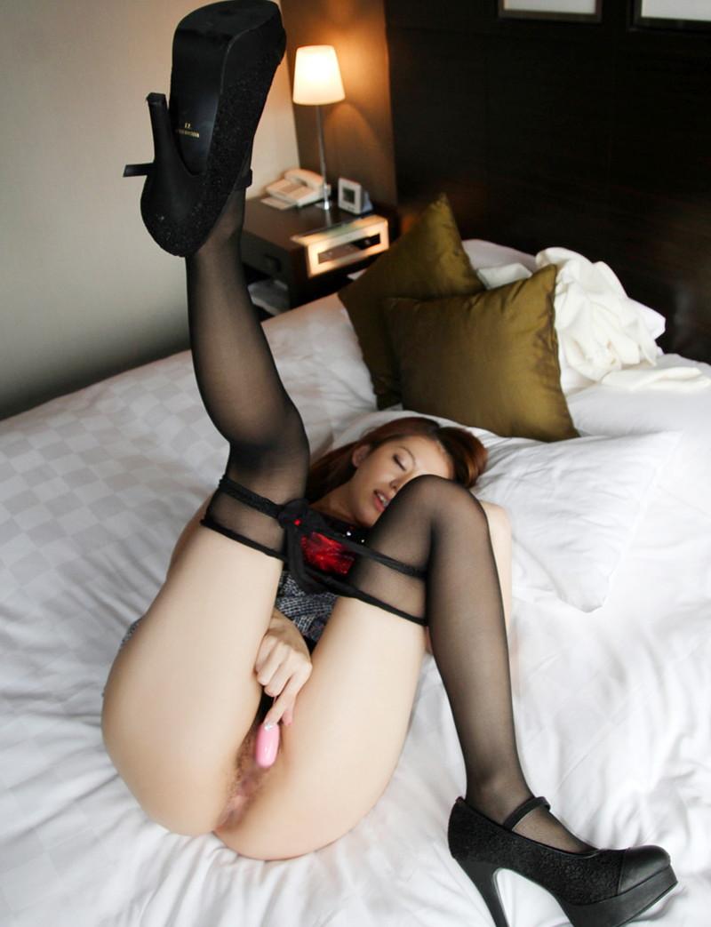 美脚美女のベッドで着衣オナニー!