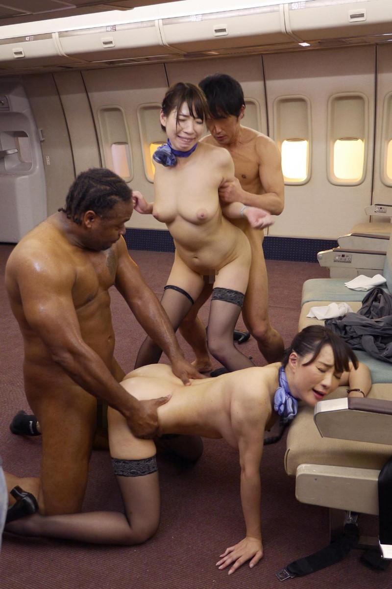飛行機の中で乱交中!