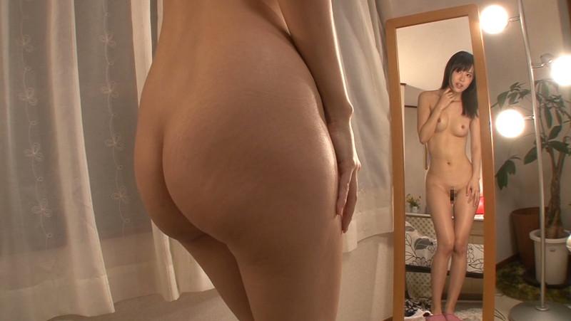 鏡の前に立つから後ろも前も同時に見れるフルヌード!