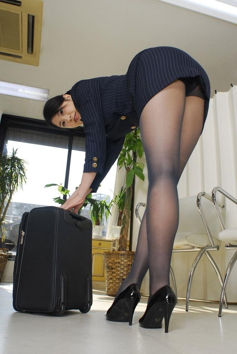 スチュワーデスのタイトスカートから伸びる美脚に…