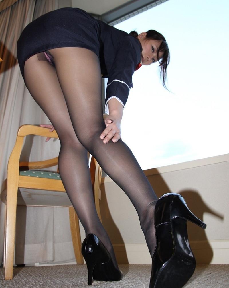 ヒール履いてる美脚をローアングルで!