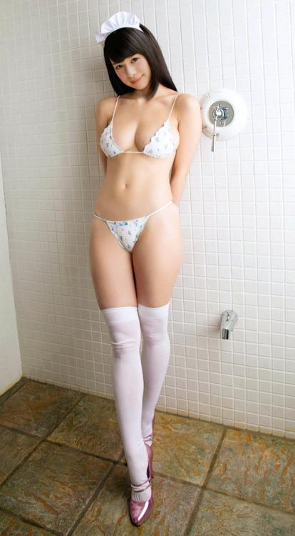 ビキニ姿の可愛いメイド!