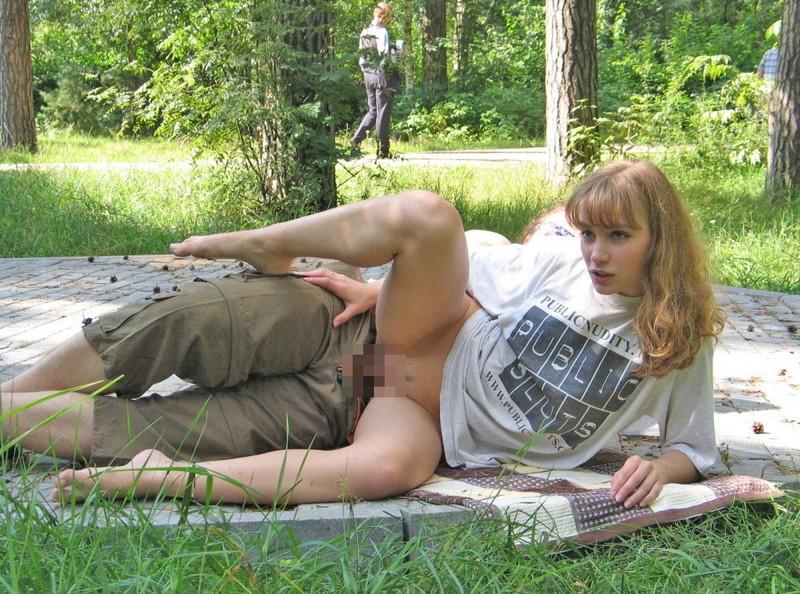 全裸にTシャツ姿で野外セックス!