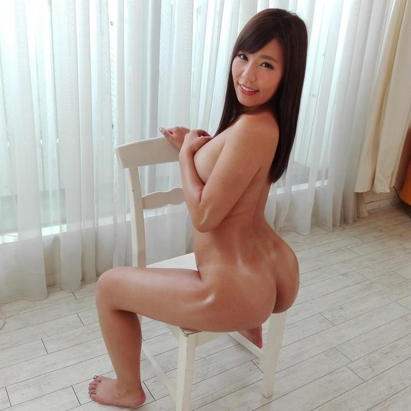 椅子に逆座りしながらフルヌード!