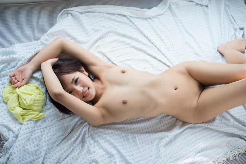 ベッドでのヌードがセクシー!