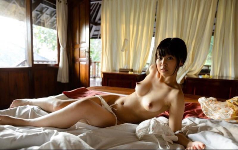 ショートカットの美女が全裸で…