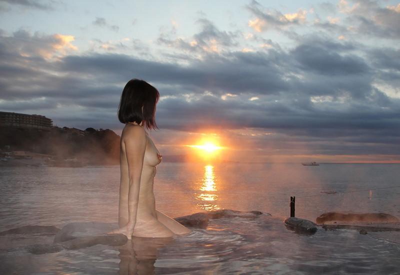 全裸の美女が優雅な景色を独り占め!