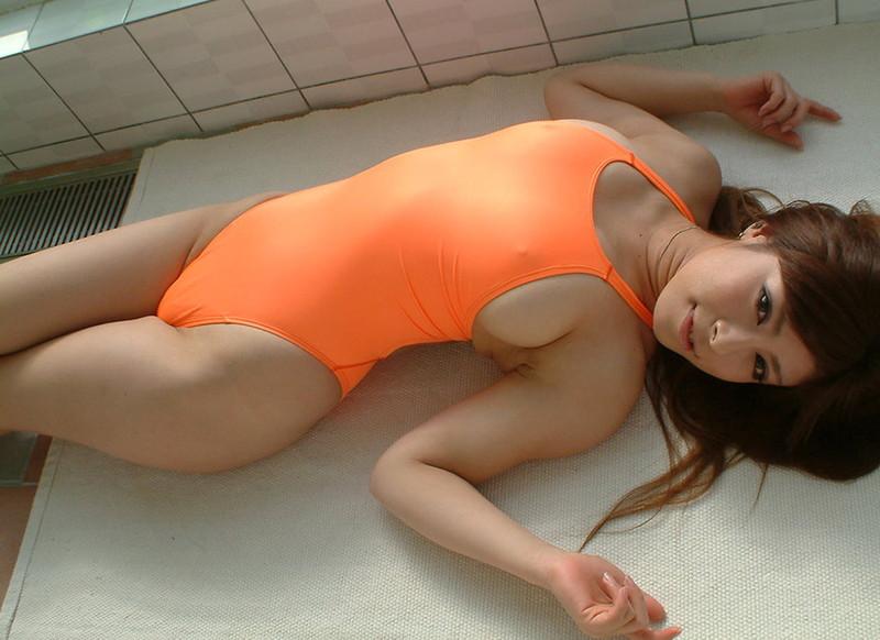 オレンジのド派手な競泳水着にドキドキ!