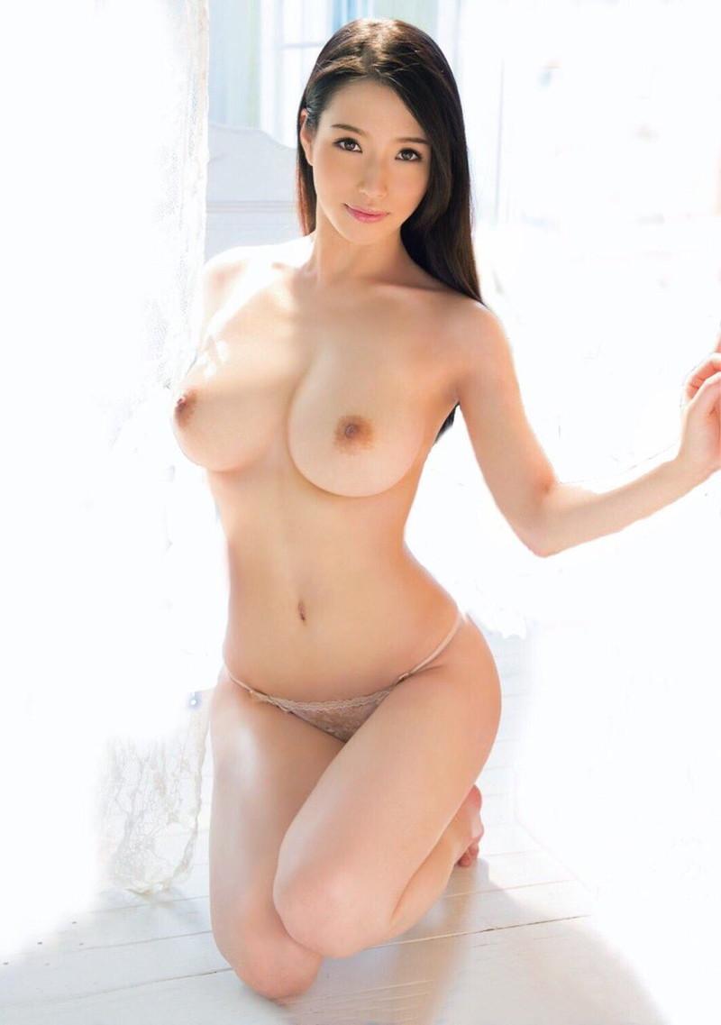 ロングヘアーの美女がトップレスで!