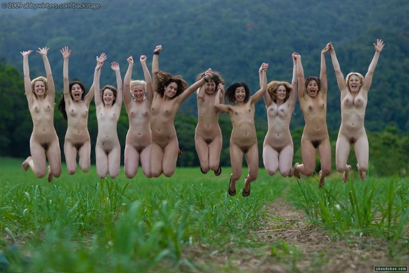 10人が裸でジャンプ!